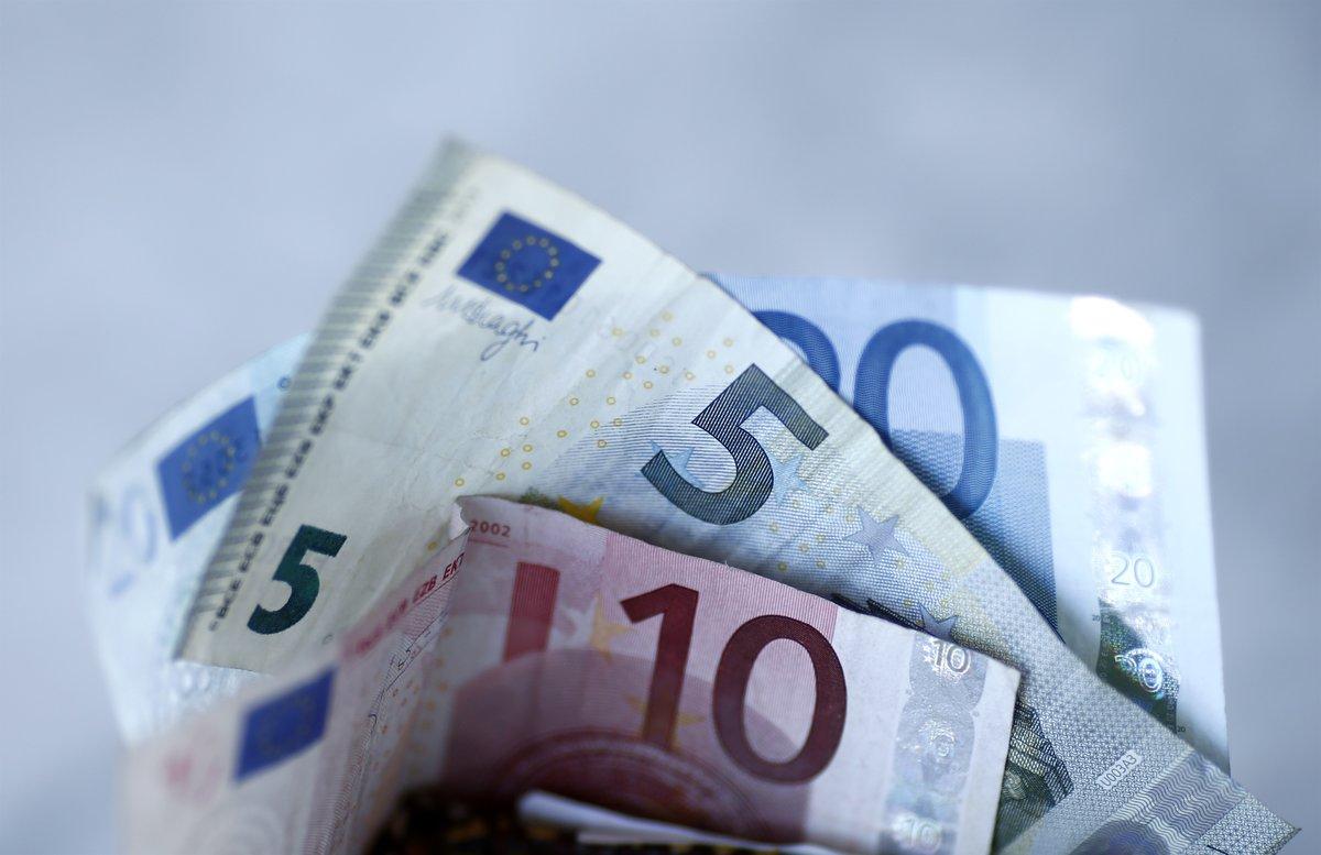 Billetes de 5 y de 10 euros.