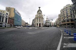 Imagende la céntrica confluencia entre la calle Alcalá y la Gran Vía de Madridcasi vacía.