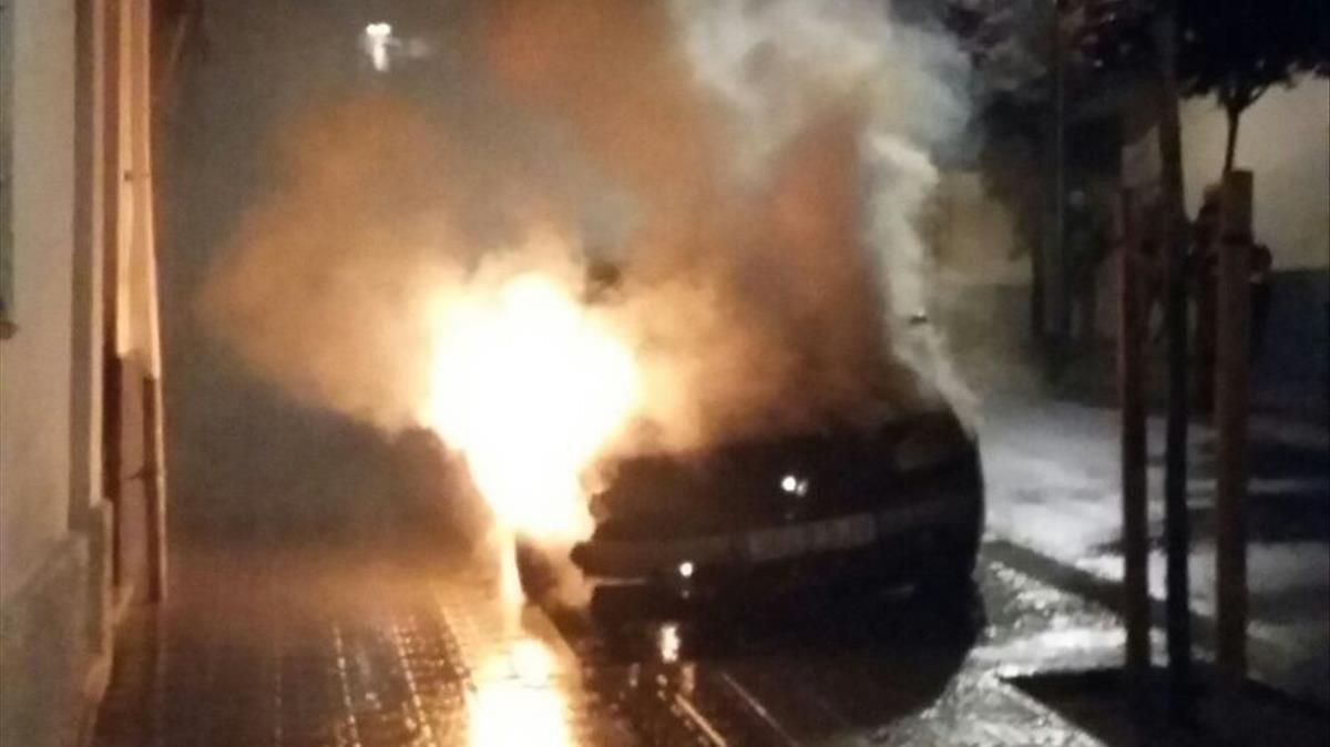 El coche del matrimonio ardiendo.