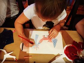 Una niña dibujando.
