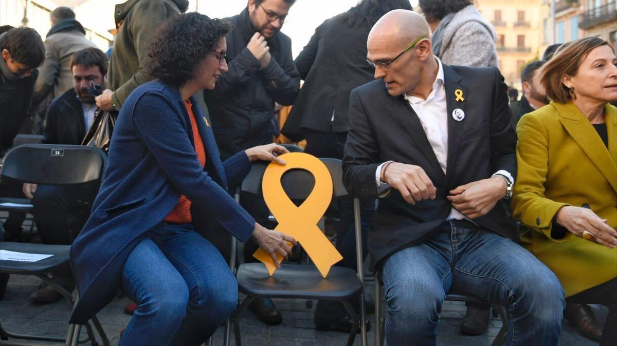 Acto de campaña de ERC con la presencia de Marta Rovira y Raül Romeva, que depositan una lazo amarillo en la silla que debería ocupar Oriol Junqueras.