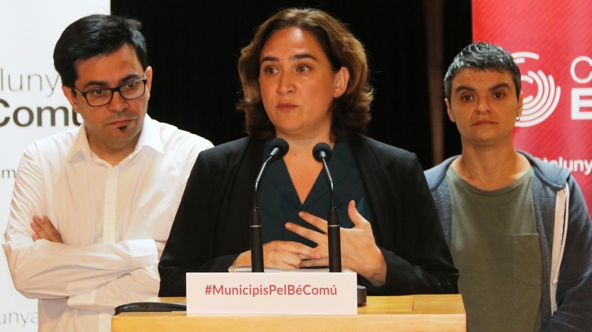 La alcaldesa, Ada Colau, con el primer teniente de alcalde, Gerardo Pisarello, y la diputada de En Comú Podem Lucía Martín.