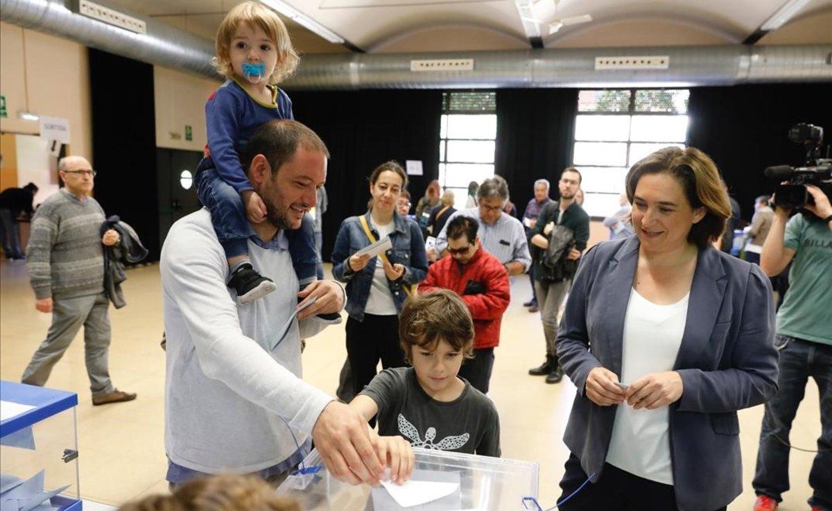 Ada Colau vota en el Centre Cívic La Sedeta.