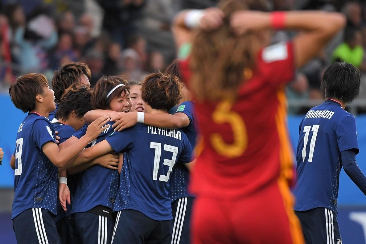 Pujadas se lamenta mientras la japonesa Miyazawa celebra su gol en la final del Mundial sub-20.