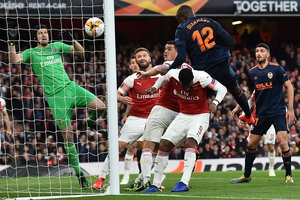 Diakhaby remata para hacer el 0-1 del Valencia en Londres.