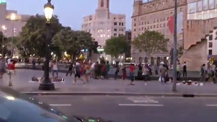 Agresión de un mantero a un turista en plaza de Catalunya.