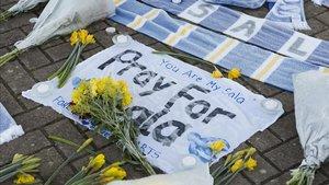 Flores y mensajes para Emiliano Sala en Cardiff.