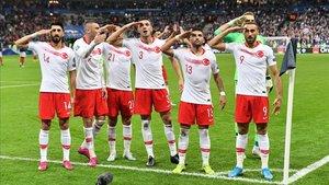 Un grupo de jugadores turcos hacen el saludo militar tras marcar un gol ante Francia el pasado lunes.