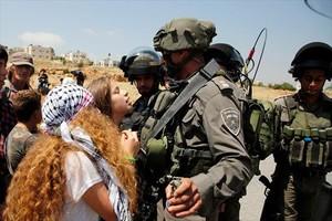 Ahed Tamimi se encara a soldados israelís, en Nabi Saleh, en mayo.