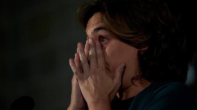 La alcaldesa de Barcelona, Ada Colau, visiblemente emocionada durante la declaración institucional con motivo del primer aniversario del 17-A.