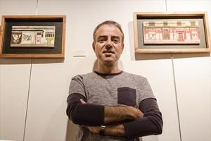 Alejandro Luna posa junto a uno de sus cuadros urbanos.