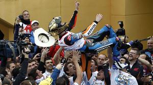 Àlex Márquez, mantejat pel seu equip i pel seu germà Marc després d'aconseguir el títol de Moto3
