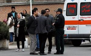 Familiares de fallecidos en el accidente aéreo se reúne cerca de la mezquita del aeropuerto de Teherán.