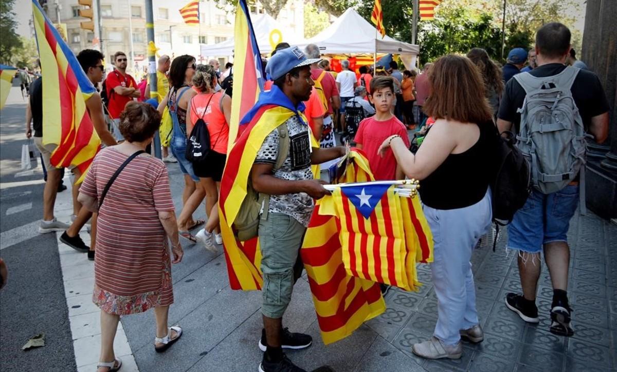 Ambiente previo a la manifestación de la Diada, en la avenida de la Diagonal.