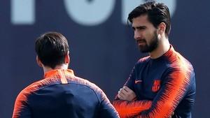 André Gomes charla con Messi en un entrenamiento del Barça.