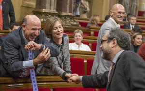 Antonio Baños estrecha la mano a Carme Forcadell, en el pleno de constitución del Parlament, ayer.