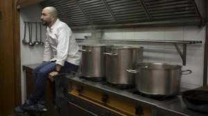 Artur Martínez, en la cocina del restaurante Capritx, en Terrassa.