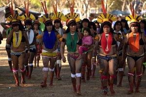 Mujeres indígenasparticipan en una jornada de protestas en Brasilia.
