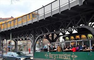El Burgermeisterha fet de la seva particular ubicació i del seu greixós menú les claus d'un èxit inesperat: llargues cues de berlinesos esperen per aconseguir taula.