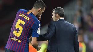 Busquets atiende a las instrucciones tácticas de Valverde en un Barça-Alavés.