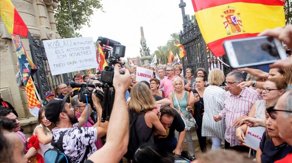 Un cámara de televisión es increpado durante la manifestación.