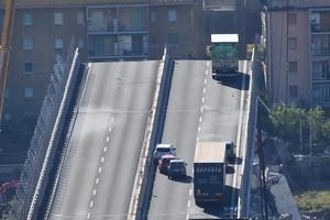 Un camión permanece al borde de la sección que continúa en pie del puente Morandi.