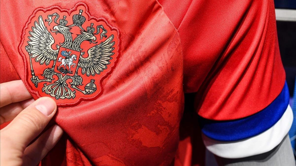 La camiseta rechazada por Rusia, con las polémicas mangas.