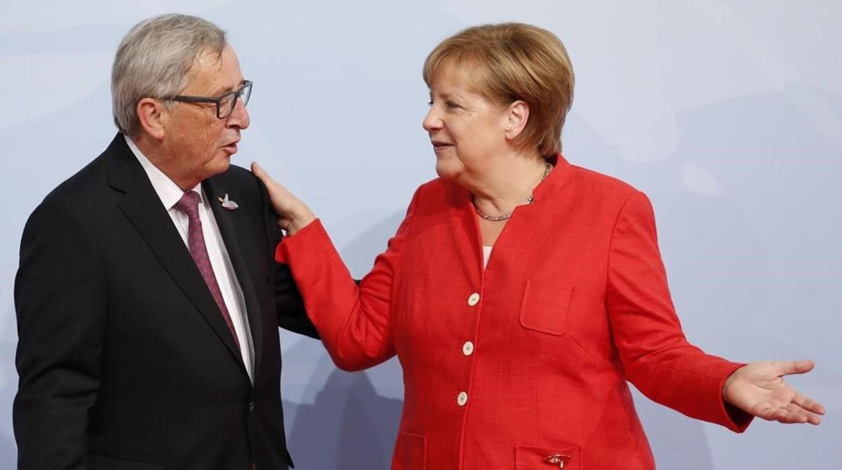 La canciller alemana da la bienvenida al presidente de la Comisión Europea,Jean-Claude Juncker.