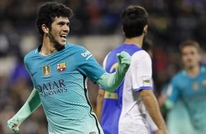 Carles Aleñá celebra el gol que marcó al Hércules y que supuso el empate (1-1) para el Barça.