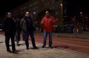 Carles Ruiz junto al presidente del Club Atletisme Viladecans y varios atletas en un momento de la visita a la instalación