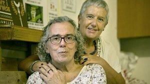 Carme y Francesc, la pareja que relata cómo él le explicó a ella que le gustaba vestirse de mujer.