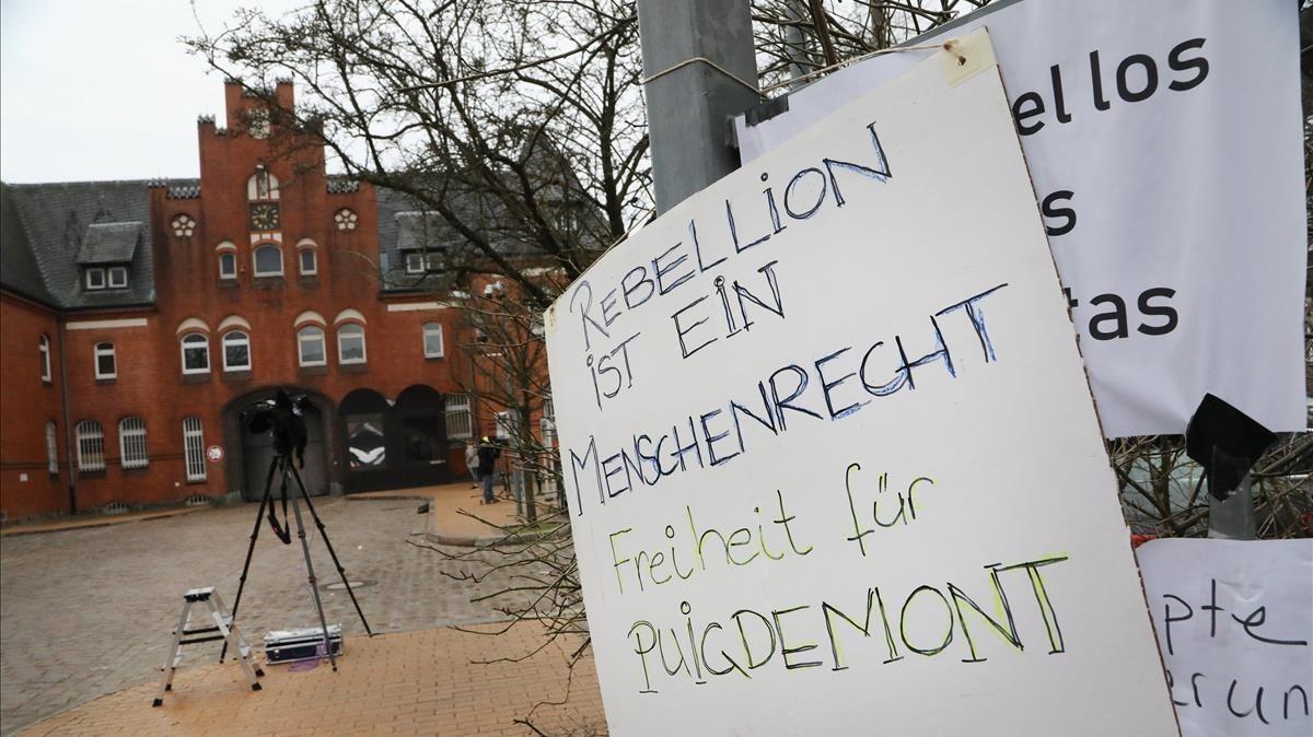 Un cartel con el lema La rebelión es un derecho humano.Libertad para Puigdemontcolocado en una valla delante de la prisión de Neumunster.