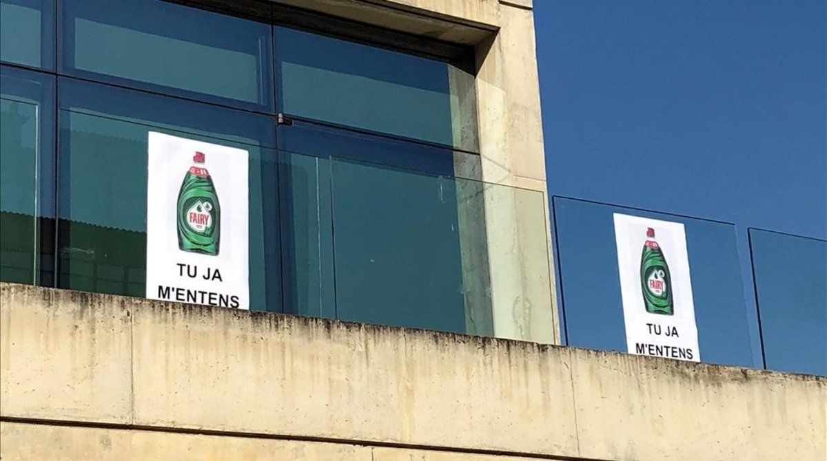 Carteles con la imagen del detergente Fairy en el Ayuntamiento de Sant Fruitós del Bages.