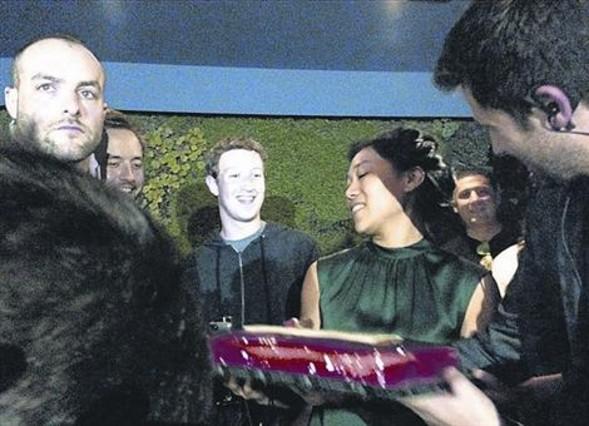 CELEBRACIÓN Mark Zuckerberg y Jan Koum celebraron anoche en el restaurante Boujis el aniversario del segundo, el de la mujer del primero y la compra de WhatsApp por Facebook. Arriba, los tres (la mujer con la tarta y los empresarios uno a cada lado, al fondo). Abajo Koum, a su llegada al restaurante.