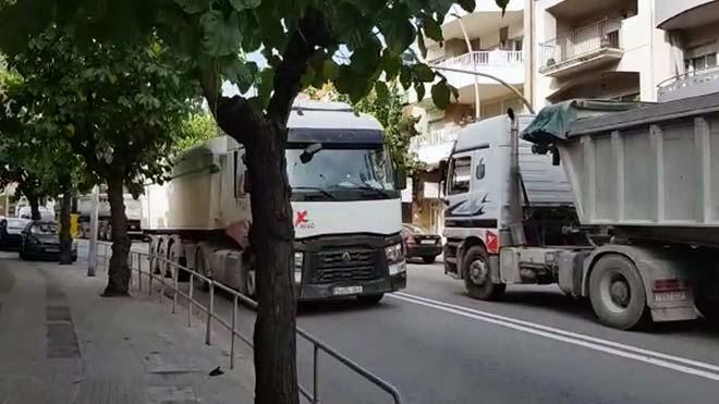 El centro de Vallirana sufre el paso de miles de vehículos.