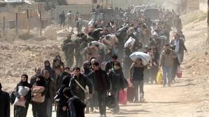 Cientos de civiles abandonan la zona de Guta Oriental, en la zona rural de Damasco, el 15 de marzo.