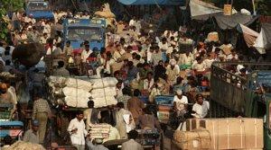 Cientos de personas, en una carretera cercana a Nueva Deli, en una imagen de archivo.