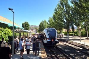 Ciudadanos en la estación de Pobla de Segur, en la el viaje inaugural de los nuevos trenes de la línea Lleida-La Pobla, este domingo.