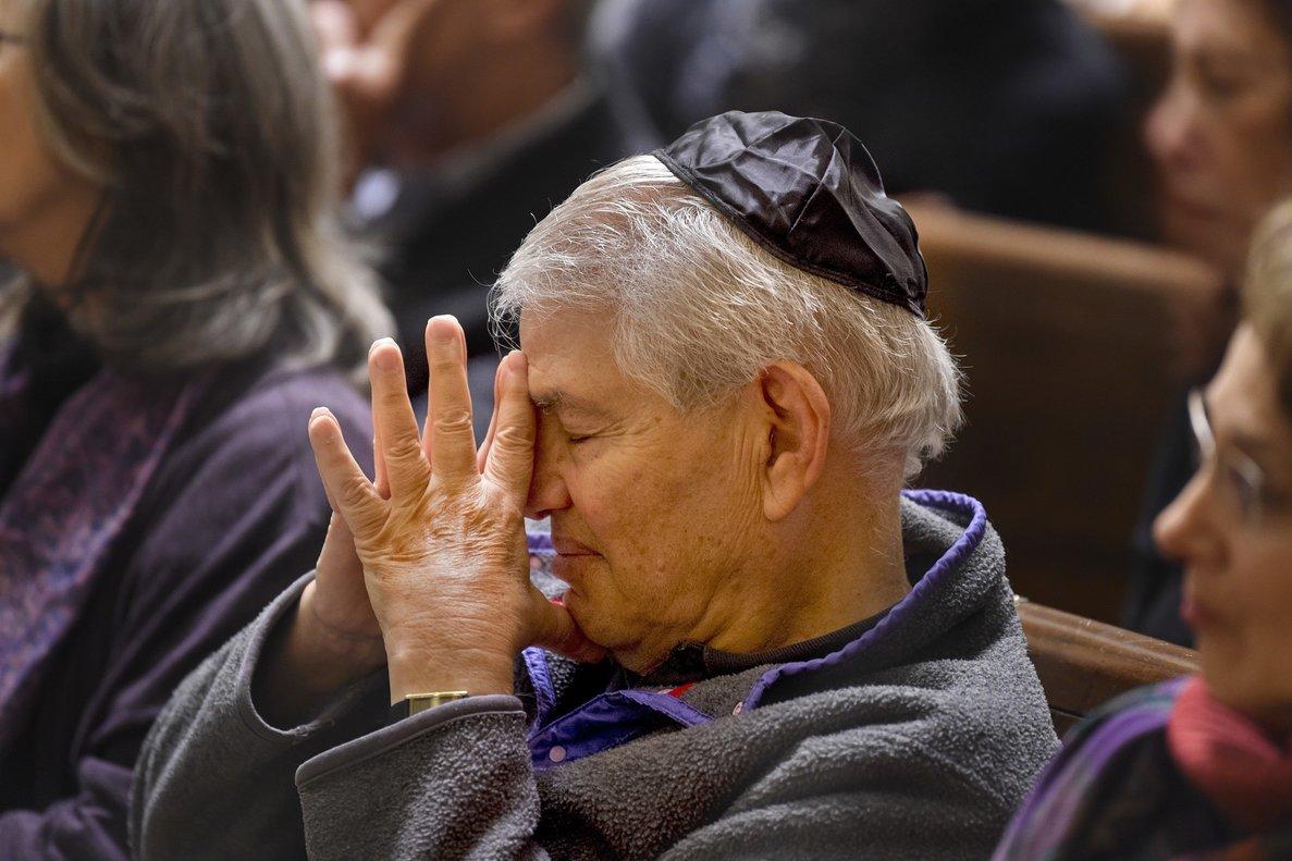 Clifford Pearlman sentadoentre los cientos de peronas que estuvieron en Filadelfia para conmemorar las víctimas del ataque antisemita en la sinagoga dePittsburgh.
