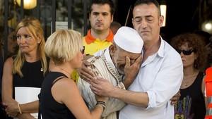La fotografía de Jordi Cotrinaen la que Javier Martinez,padre de Xavi, la víctima de tres años del atentado de la Rambla, abraza aDris Salym, el imán suplente de Rubí.