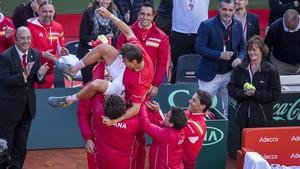 Manteo a Ferrer tras la victoria de España sobre Alemania en la Copa Davis, en abril del 2018.