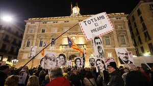 Concentración en la plaza de Sant Jaume en apoyo de Torra tras su inhabilitación, este viernes.