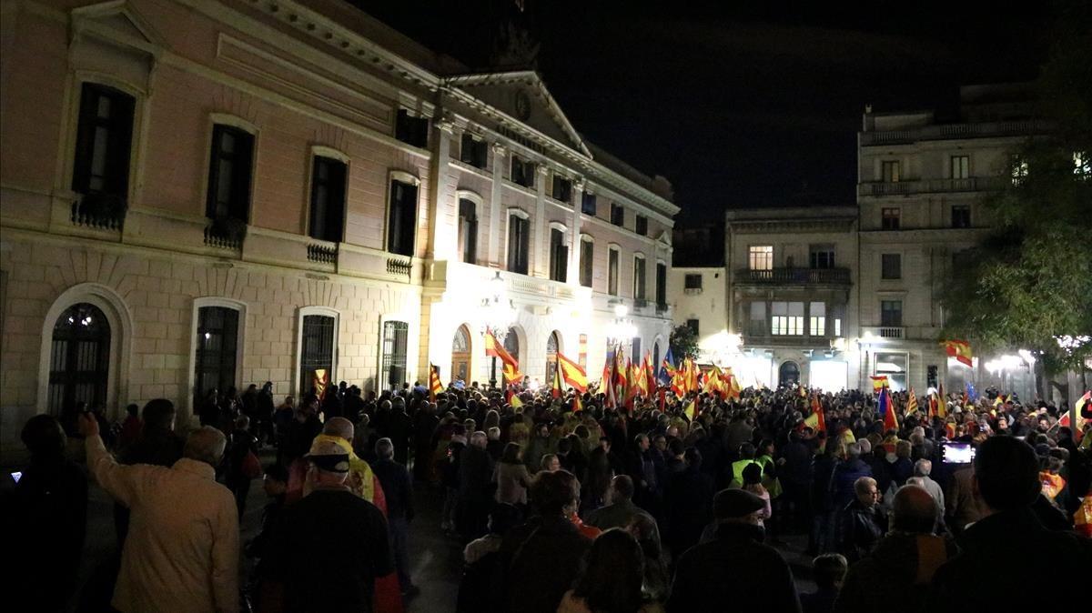Concentración en la plaza de Sant Roc de Sabadell para reclamar que la bandera española vuelva a ondear en el ayuntamiento.