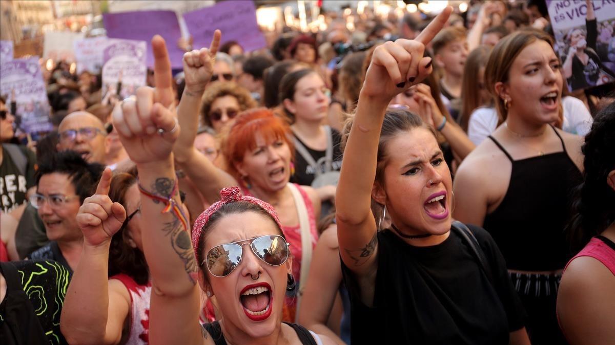 Concentración en Madrid en protesta por la salida de prisión de los cinco miembros de 'La manada', este viernes.