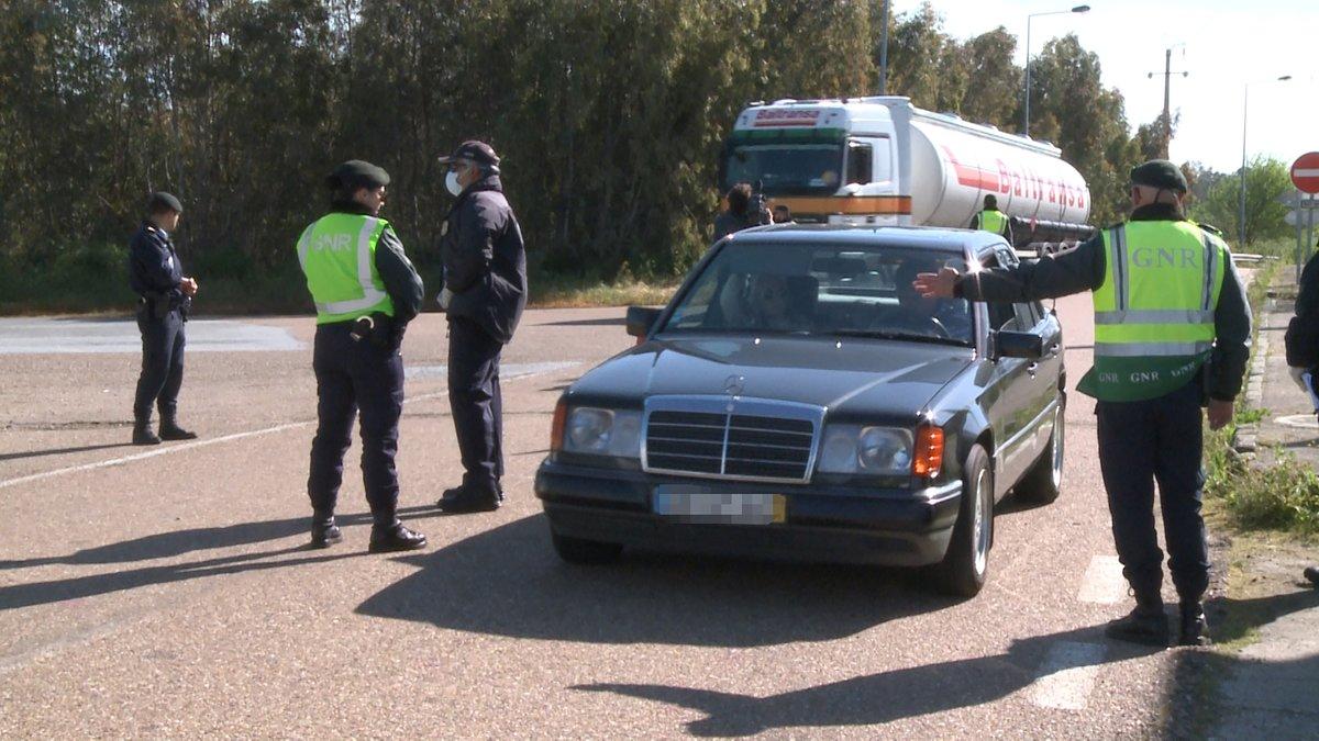Efectivos de la Guardia Nacional Republicana (GNR) de Portugal realizan controles en la frontera con Portugal en Caya (Bajadoz) el primer día en el que España ha restablecido los controles de fronteras terrestres hasta el fin del estado de alarma decretado por el coronavirus, en Caya (Badajoz, Extremadura, España) a 17 de marzo de 2020.