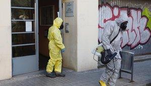 Agentes de la Unidad Militar de Emergencias (UME) durante la desinfección de la residencia Jericó, en L'Hospitalet de Llobregat, este viernes.