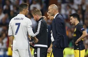Cristiano conversa con Zidane en el partido de la Champions ante el Atlético