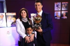 Cristiano posa junto a su madre y su hijo tras recibir su cuarto Balón de Oro