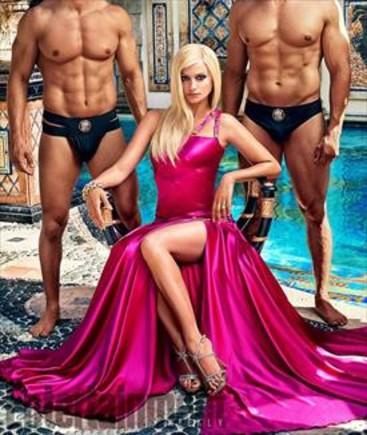 Cruz, disfressada de Donatella a la sèrie 'American Crime Story'. A sota, Ricky Martin en el paper del nòvio de Gianni Versace.