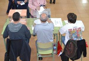 Una mesa electoral durante las elecciones generales del 28 de abril de 2019 en Badalona.